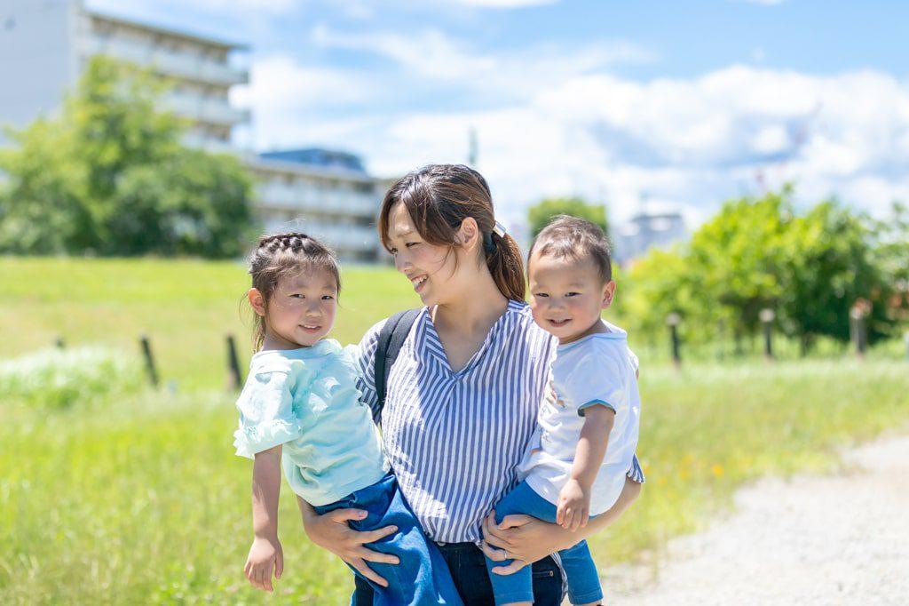 公園で散歩する母子