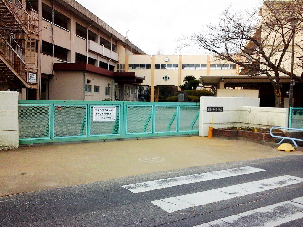 中島小学校の校門