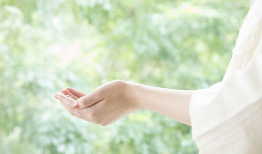 光に包まれる手