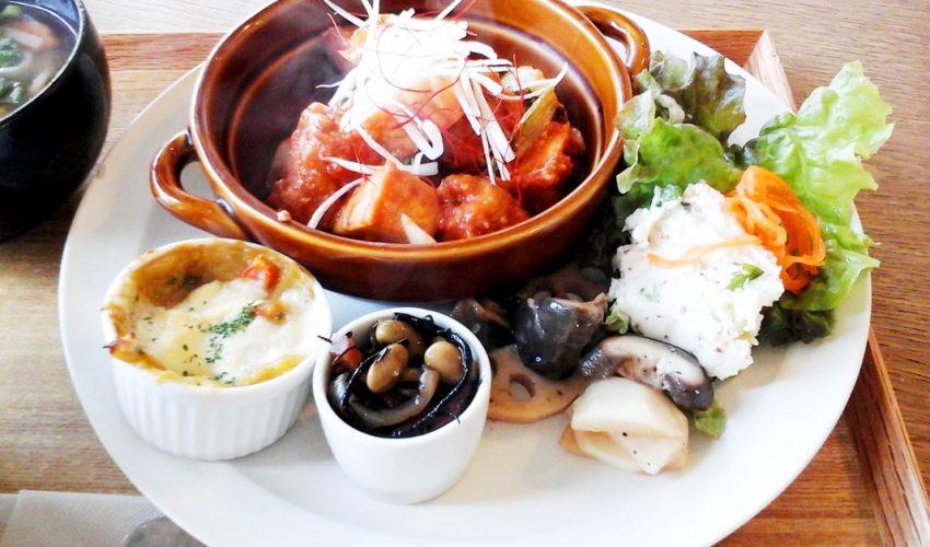 玄米定食のメインと副菜