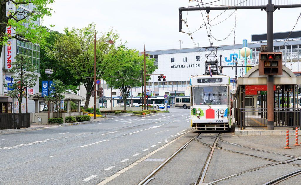 岡山駅前の桃太郎大通り