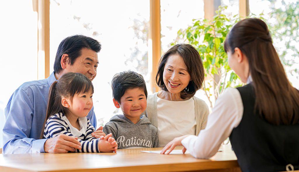 新築住宅の相談をする家族