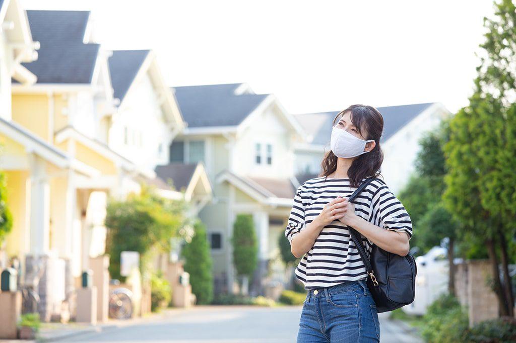 住宅を検討している女性
